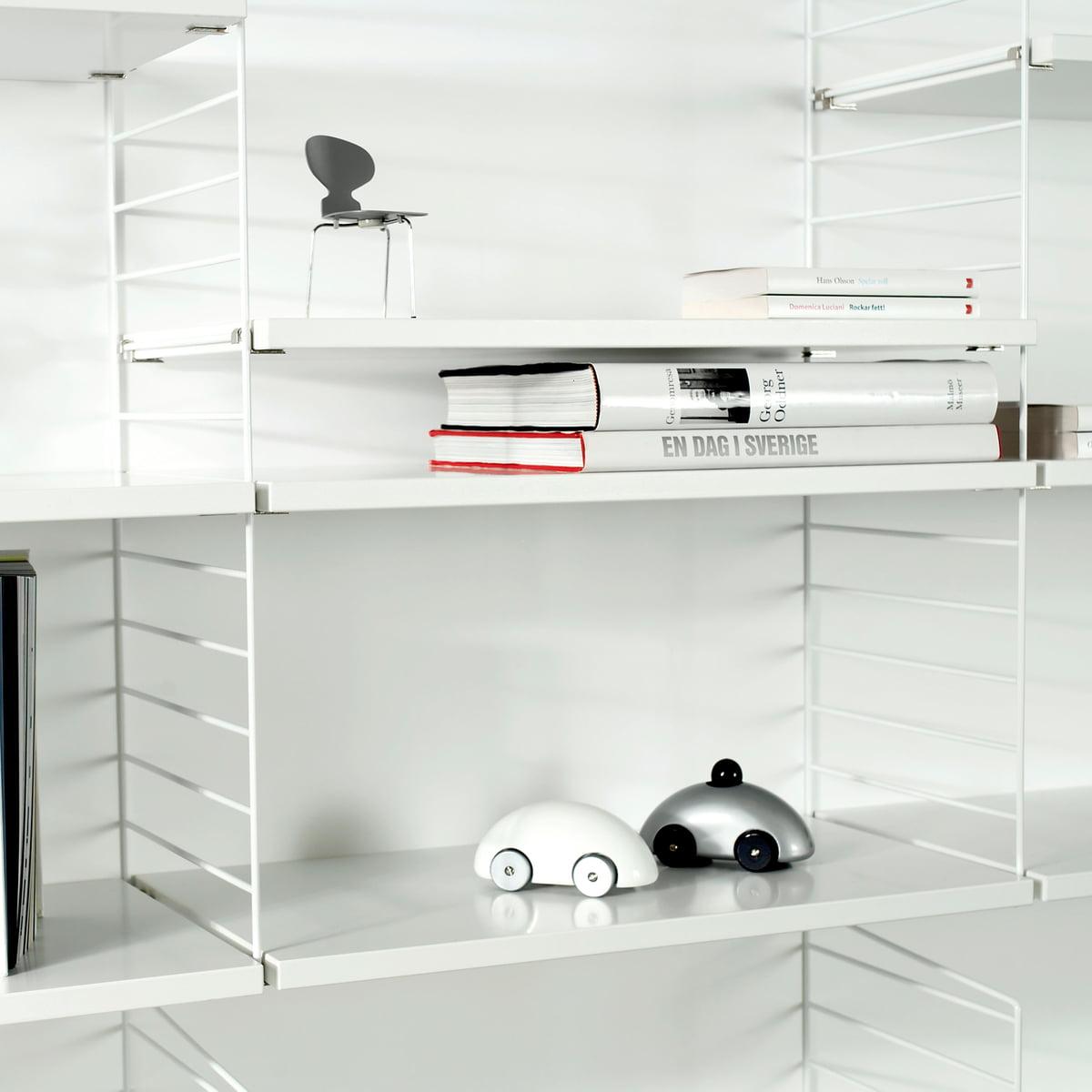 String Regal mit Accessoires über weißem … – Bild kaufen