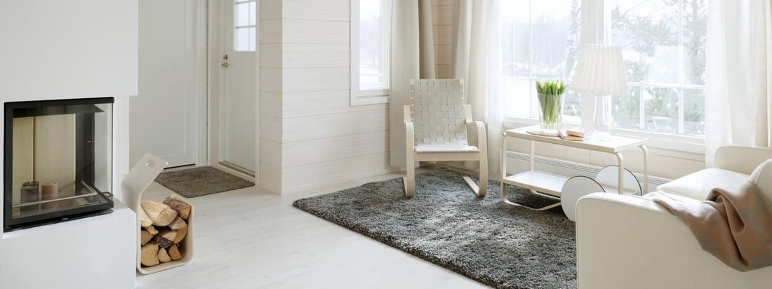 Artek ist ein Designunternehmen aus Finnland. Sessel, Servierwagen und Brennholzständer erstrahlen im hellen, freundlichen Design und sind gut miteinander kombinierbar.