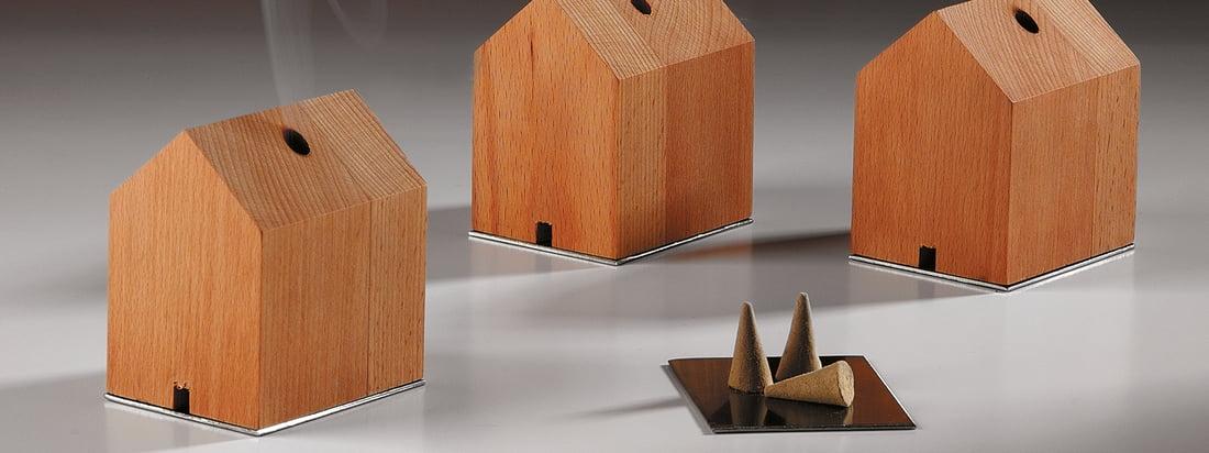 Der Hersteller Design im Dorf produziert vor allem Produkte aus Holz wie das Rauchhaus. Das Haus, inklusive Räucherkerzen, überzeugt durch einfache Formen.