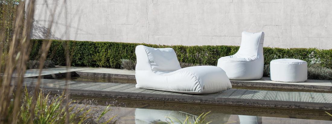 Sitting Bull stellt bequeme Möbel für den Outdoor-Bereich her, darunter den Chill Sitzsack, den Shell Hocker und die Relaxer Liege. In Weiß wirken die Sitzobjekte besonders edel.