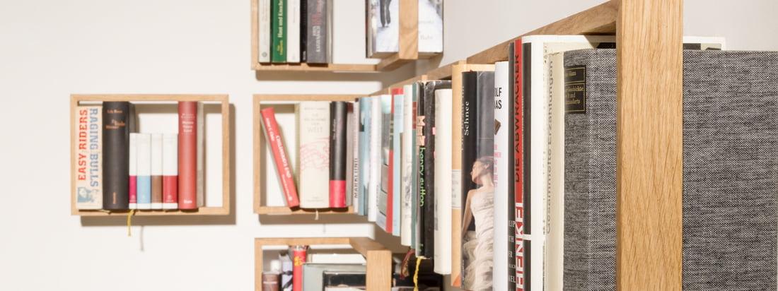 Der Hersteller das kleine b ist bekannt für das Regal b Dieses besteht aus einem Holzrahmen und Edelstahlwinkeln, zwischen denen Bücher gestellt werden können.