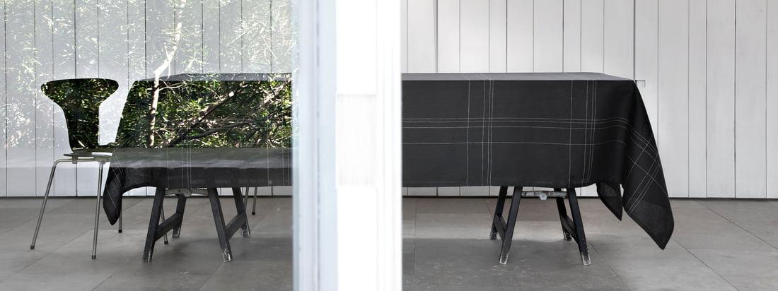 Alfred ist ein Hersteller für hochwertige Textilien. Die Grace Tischdecke erscheint im besonders eleganten Design, da zarte, helle Linien die schwarze Decke zieren.