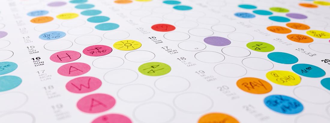 Detailansicht des Dot on Wandkalenders von Dotty Edition: Organisieren Sie Ihre Tage, Wochen und Monate mit kleinen, bunten Klebepunkten!
