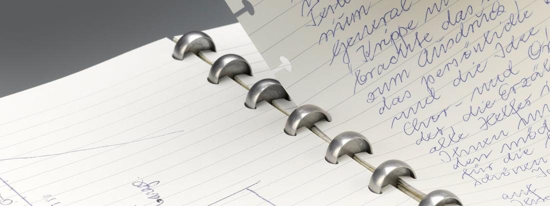 Mit dem Atoma Notizbuch kann dank des raffinierten Sytems schnell und einfach Papier entnommen oder hinzugefügt werden. Notizbücher erhältlich in A5 oder A4.