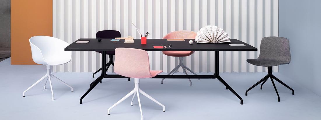 Die zahllosen Kombinationen der About A Table-Serie mit den zugehörigen Stühlen von Hay ermöglichen individuelle Zusammenstellungen, die niemals zufällig oder zusammengewürfelt wirken, egal ob mit Esstischen, Stehtischen oder Bistrotischen.