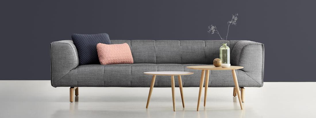 Design aus Dänemark: Sofa sowie kleiner und großer Playround Beistelltisch vom Möbelhersteller bruunmunch im Shop. Ein bequemes, grau gepolstertes Sofa, das zum Entspannen einlädt.