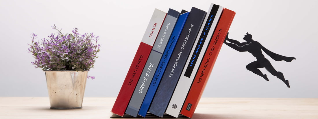 Artori Design ist für sein verspieltes, faszinierendes Design bekannt. Bei der Book & Hero Buchstütze werden die Bücher scheinbar von Superman gestützt.