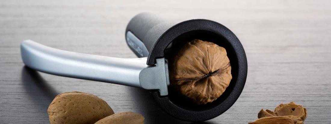 Der schwedische Hersteller Drosselmeyer stellt nützliche Alltagsgegenstände wie Nussknacker her. Mit dem schwarzen, hochwertigen Nussknacker lassen sich Nüsse perfekt knacken.