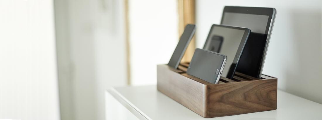 Alldock Multi-Ladestation von Dittrich Design - das deutsche Label setzt auf Power statt Kabelchaos. In der Dockingstation können mehrere mobile Geräte gleichzeitig aufgeladen werden.