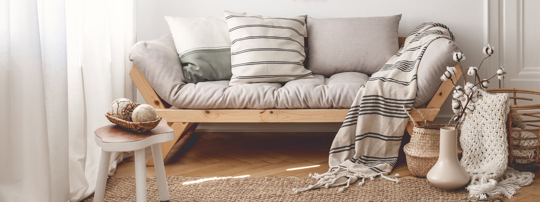 Karup Design, ein Hersteller aus Dänemark, produziert stilvolle Möbel wie den Nido Futon-Sessel. Der graue Sessel bietet eine bequeme, gut gepolsterte Sitzfläche.