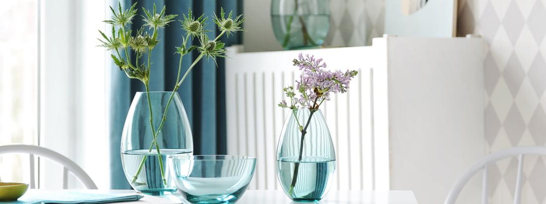 Die Cocoon Vase von Holmegaard bringt den Frühling in Ihre Wohnung und ist zudem eine ideale Geschenkidee. Das blau getönte Glas lässt die Blumen besonders schön aussehen.