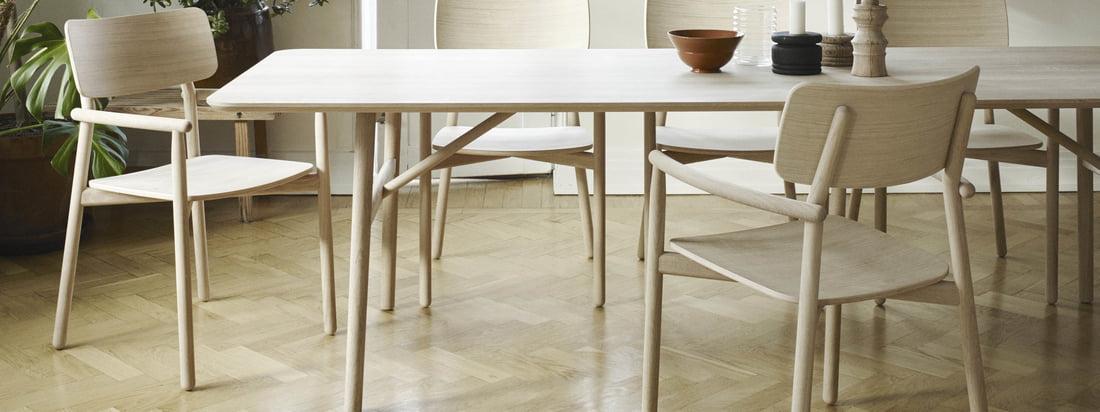 Der Hven Esstisch 94 × 260 cm mit dem Hven Armlehnstuhl von Skagerak in der Ambienteansicht. Die Kollektion stammt von dem schwedischen Desiger Anton Björsing.