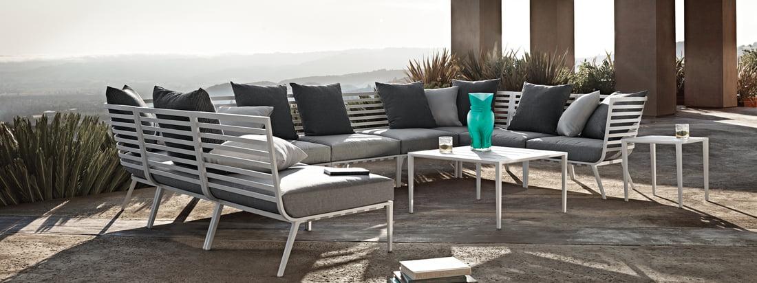Gloster - Vista Lounge-Serie. Die Gloster - Vista Lounge-Serie in der Ambienteansicht. Mit den Vista Sesseln und Tischen lässt sich eine attraktive Lounge Ecke kreieren, die zum entspannten Verweilen einlädt und jedes Outdoor Ambiente stilvoll aufwertet.