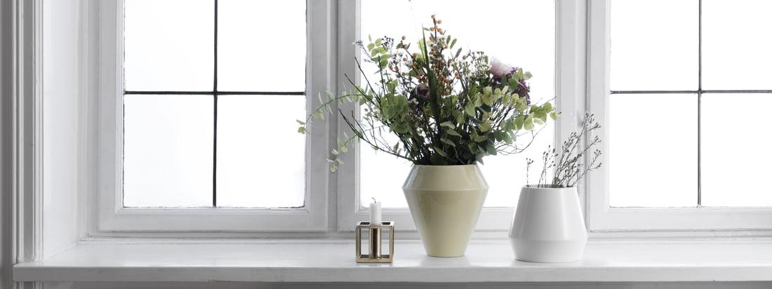 Die Rimm Vase wirkt auch in Kombination mit anderen Farben und Formen dieser Kollektion schlicht und im skandinavischen Stil. Eine zeitlose Vase mit traditioneller Handwerkskunst hergestellt.