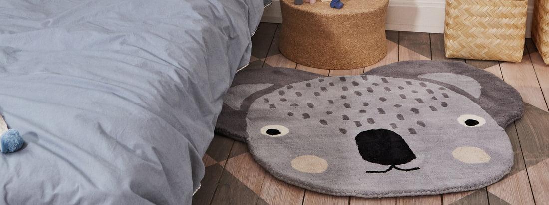 Der Kinderteppich Koala in den Maßen 100 x 85 cm von OYOY in der Ambienteansicht. Vor dem Bett wird der Teppich zum praktischen Hingucker im Kinderzimmer.