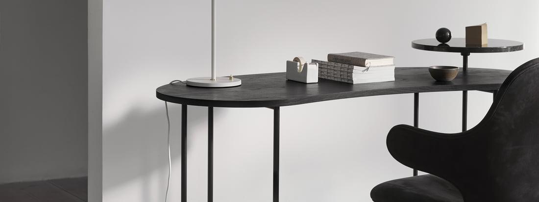 Der Palette Table - JH9 in der Ambienteansicht. Harmonisch wirkt auch die dunkle Variante des Tisches. Das edle, schwarze Marmor verbindet sich perfekt mit der dunklen Tischplatte.