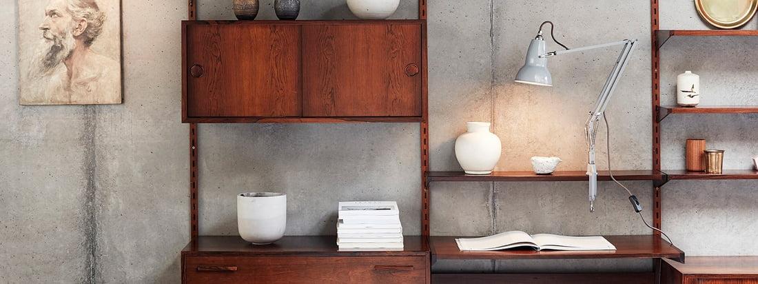 Original 1227 Klemmleuchte von Anglepoise in der Ambienteansicht. Die Leuchte kann dank ihrer Klemme an einem Beliebigen Platz im Regalsystem befestigt werden.