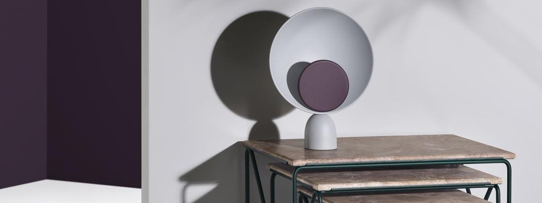 Triptych Nesting Table Beistelltisch und Blooper LED Tischleuchte von Please wait to be seated. Leuchte und Tisch lassen sich hervorragend miteinander kombinieren.