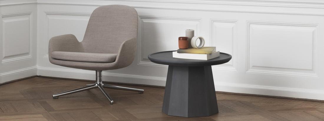 Der Normann Copenhagen - Pine Beistelltisch und die Bell Leuchte in der Ambienteansicht. Die Produkte von Normann Copenhagen verbreiten skandinavisches Flair.