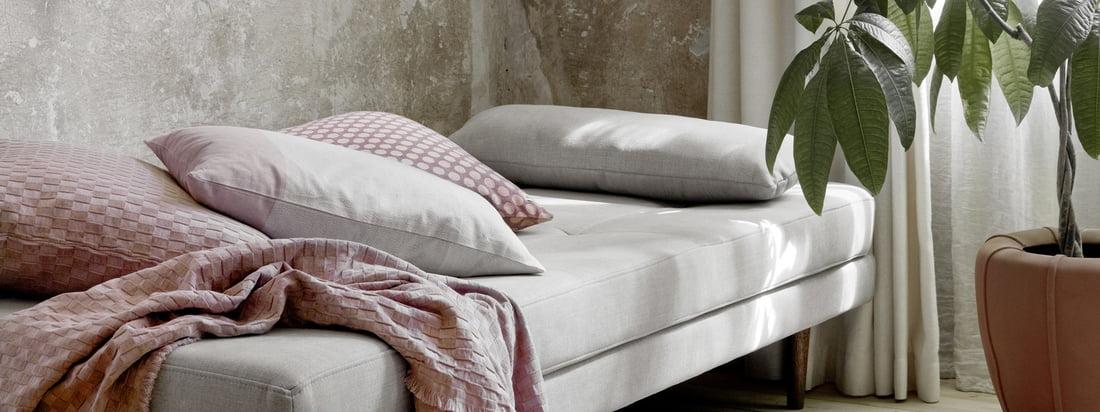 Air Daybed, drizzle von Broste Copenhagen in der Ambienteansicht. Das Daybed eignet sich hervorragend als Schlafplatz für Gäste, kann jedoch auch zum Ausruhen am Tag genutzt werden.