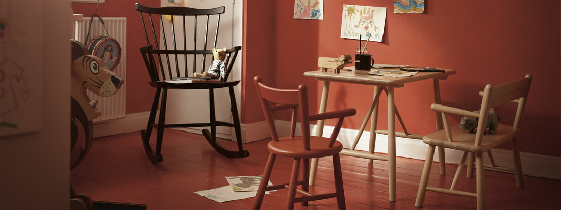 Die Kindermöbel von FDB Møbler mit dem J52G Schaukelstuhl. Kinder genießen es ebenso wie Erwachsene von zeitlosen und schön gestalteten Möbeln umgeben zu sein.