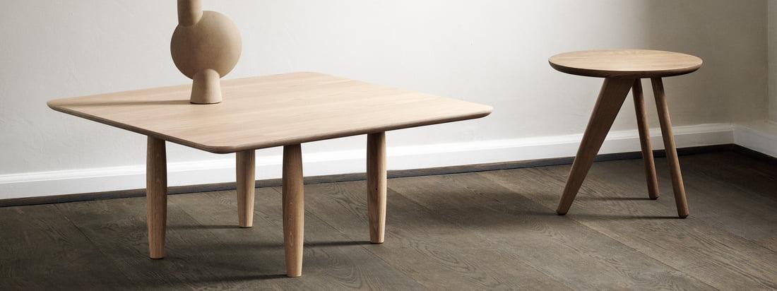 Der Oku Couchtisch und der Fin Beistelltisch von Norr11 in der Ambienteansicht. Die kleinen Tische werden aus robustem und zeitlosem Eichenholz hergestellt.