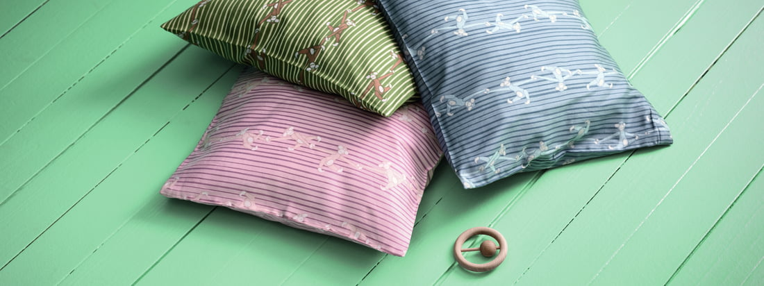 Die Monkey Baby-Bettwäsche von Kay Bojesen besteht aus einem Set. Enthalten ist ein Deckenbezug und ein Kissenbezug. Auch untereinander eignen sie sich optimal zum Kombinieren.