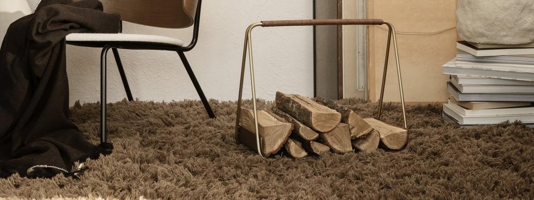Meadow Hochflorteppich von ferm Living in der Ambiente-Ansicht. Der flauschige Designer-Teppich in dunkel-beige verleiht dem Wohnzimmer Wärme und Gestalt.