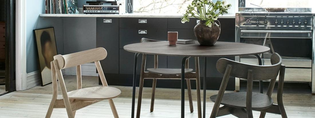 Der Northern - Camp Esstisch in der Ambienteansicht. Gemeinsam mit den stilvollen Oaki Stühlen entsteht eine gemütliche Sitzgelegenheit für die gante Familie.