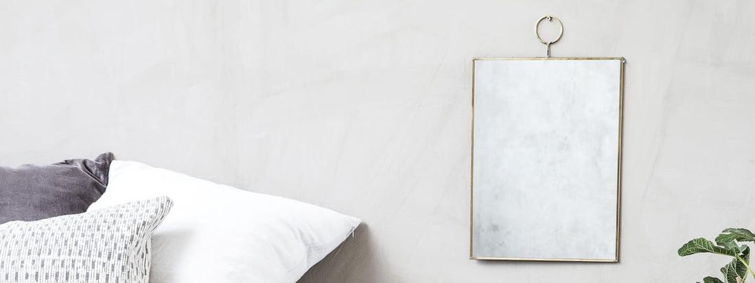 Der Loop Wandspiegel von House Doctor ist ein stilvoller und eleganter Spiegel, der sich gut in moderne Räume einfügt. Der Spiegel wird von einer dünnen Messingkante umrahmt.