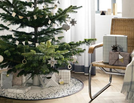 Mit den Messing-Ornamenten, dem Christbaumständer und der Christmas Tree Decke von ferm Living auf dem der Baum steht kann die Weihnachtszeit beginnen.