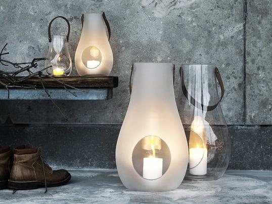 Die Design with light Laterne von Holmegaard aus durchsichtigem bzw. matt-weißem Glas und dem Tragegriff aus Naturleder wurden von Maria Berntsen designt.