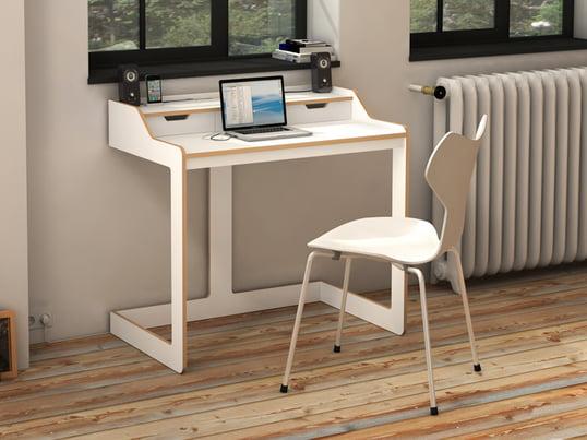 Der von Designer Felix Stark gestaltete Sekretär ist mit zwei Schubladen ausgestattet, die sich unter der Oberplatte verbergen. Der Plane Schreibtisch ist auf Wunsch auch mit einer Nussbaum-Front sowie mit schwarzen Kanten lieferbar.