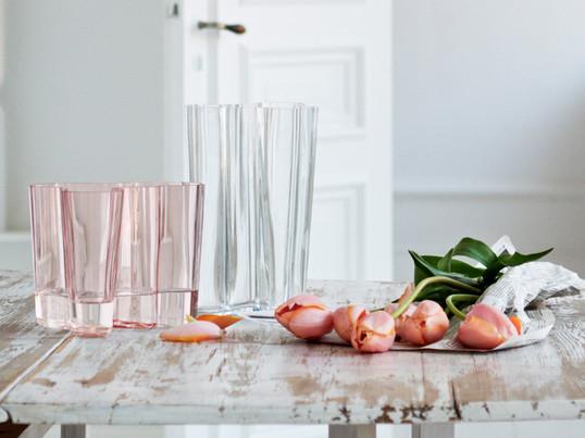 Die zeitlose Aalto-Vase zählt zu den berühmtesten Glasobjekten der Welt, sie ist ein Synonym für finnische Glaskunst und den Hersteller Iittala. Heute ist die Aalto Vase der absolute Klassiker unter den Design-Vasen.