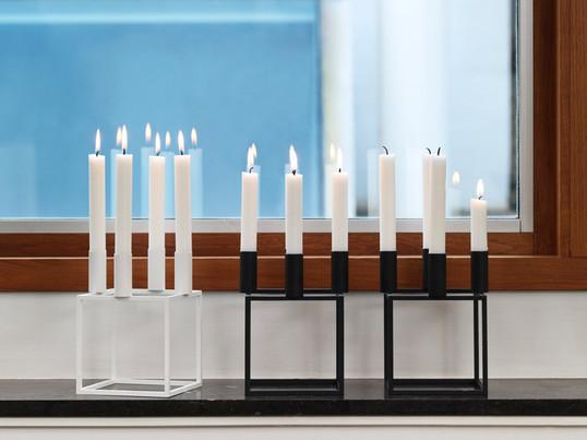Der Kubus 4 Kerzenhalter von by Lassen wurde 1962 von dem dänischen Designer Mogens Lassen entworfen und hat den Status einer modernen Design Ikone erlangt.