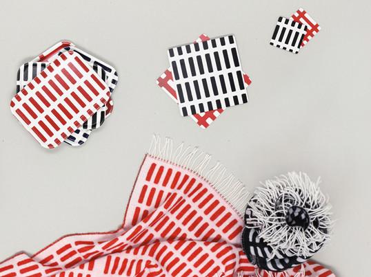 Alvar Aalto entwickelte 1954 das bekannte Siena Muster mit dem Gedanken, es zu unterschiedlichen Zwecken nutzen zu können - so zum Beispiel auf Wolldecken, Tabletts und Untersetzern. Die Stoffserviette besteht zu 100% aus Baumwolle und lässt sich problemlos mit anderen Produkten aus der Artek Kollektion kombinieren.