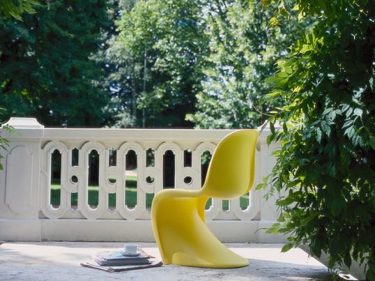 Der dänische Designer Verner Panton hat 1967 den gleichnamigen Panton Chair entworfen. Der Panton Chair von Vitra ist aus einem einzigem Stück in einer fließenden Form konstruiert.