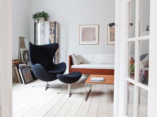 Der Ei Sessel von Fritz Hansen erinnert durch seine kurvigen Linien an eine Eischale. Arne Jacobsen hat den Stuhl 1958 für das Royal Hotel in Kopenhagen designt.