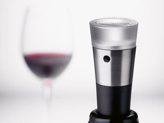 Der Menu Vakuumverschluss aus der Weinserie Vignon verlängert die Haltbarkeit des Weines nach dem Öffnen. Zu der Serie gehören, neben dem angebotenen Vakuumverschluss ein Dekantierungsausgießer, ein Folienschneider und ein Korkenzieher.