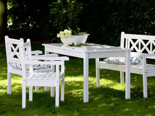 Die Skagen Bank, der Skagen Esstisch und der Skagen Stuhl sind robuste Gartenmöbel der Skagen Serie und ein Musterbeispiel des zeitlosen skandinavischen Möbeldesigns.