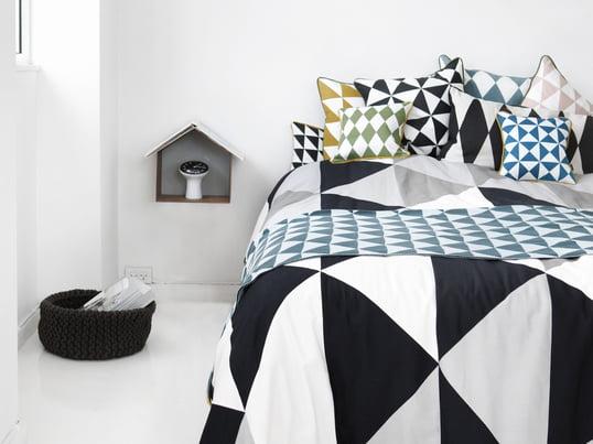 Die schwarz-weiße Tagesdecke von Ferm Living verwandelt das Bett zu einem modernen und stilvollen Objekt in Ihrem Schlafzimmer. Zusätzlich zur Decke produziert Ferm Living passende Kissen mit grafischem Muster.