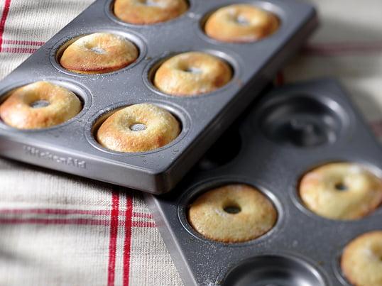 Mit der Donut Form kombiniert KitchenAid die einfache Herstellung mit einem tollen Ergebnis. Gefertigt werden die zwei Formen aus 8mm dickem und speziell beschichtetem Stahl. Die Formen lassen sich alternativ zu Donuts auch für die Herstellung von selbstgemachtem Pizzateig und köstlicher Tarte verwenden.