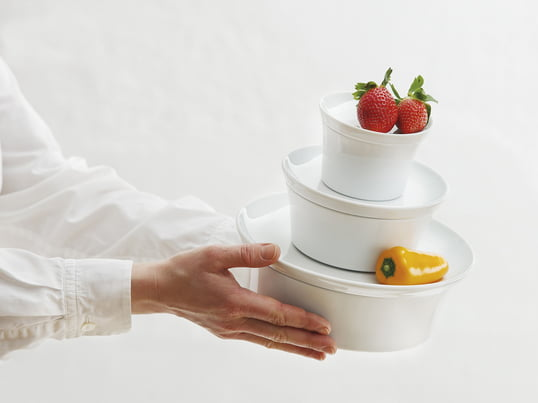 Die Auflaufform mit Deckel bietet durch die Silikonbeschichtung an der Unterseite ein rutschfreies Servieren und sorgt außerdem dafür, dass das Porzellan beim Abräumen nicht klappert.