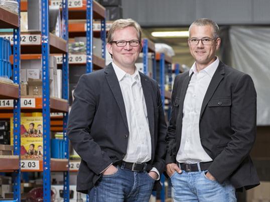 Thilo Haas und Kristian Lenz launchten am 1. August 2015 den Wohndesign-Shop connox.de. Gestartet in einer alten Postfiliale, füllen die mehr als 12.000 Produkte des Shops heute ein 2.400 qm großes Lager.