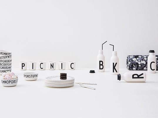 Die vielfältigen Produkte von Hersteller Design Letters: Nicht nur in Küche und Wohnzimmer, sondern auch im Bad oder Büro können die vielfältig benutzbaren Produkte von Design Letters Verwendung finden. Ob als Trinkbecher, Vorratsdose mit Deckel oder als Behälter für Accessoires.