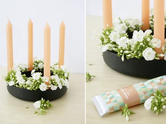 Auch im Frühling macht sich der Gloria Kerzenhalter von Muuto gut: Bloggerin Kea vom Interior-Blog hello Mrs Eve arrangiert pfirsichfarbene Kerzen mit frischen Schnittblumen.