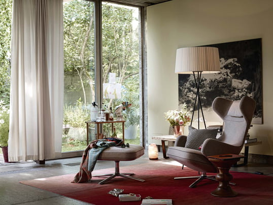 Der Grand Repos des Herstellers Vitra ist Synonym für Gemütlichkeit und Sitzkomfort - für ein Wohnzimmer mit Stil. Neben unbestreitbarer Schönheit ist der Grand Repos Sessel ebenfalls ebenfalls ein Relaxsessel, der diesen Namen verdient. Mit einem metallenen Hebel lässt sich der Sessel stufenlos in die gewünschte Position bringen.