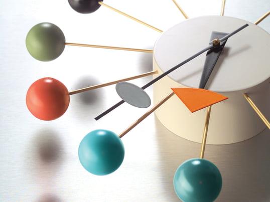 Die bunte Ball Clock, eine Uhr von Vitra, gehört eindeutig zu den ausgefalleneren Wanduhren. Entworfen von George Nelson besticht die Uhr durch hochwertige Materialverarbeitung und ein skulpturale Form.
