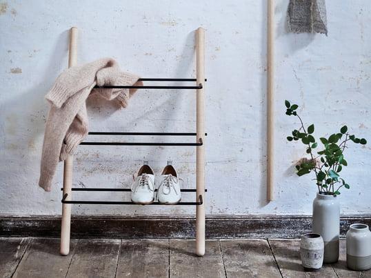 Das Stick Design-Schuhregal von Norrmade aus Holz - Esche geölt/schwarz - ist auf die wichtigsten Elemente reduziert und lässt den Schuhen ihren Raum.