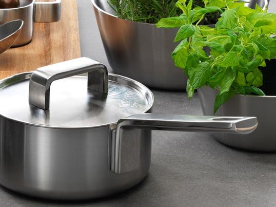 Das hochwertige Iittala-Kochgeschirr der Tools-Serie ist eine Reihe von Töpfen und Pfannen, mit denen es sich nicht nur gut kochen lässt. Das attraktive Design und Edelstahl-Material setzt die richtigen Akzente auf Ihrem gedeckten Tisch.